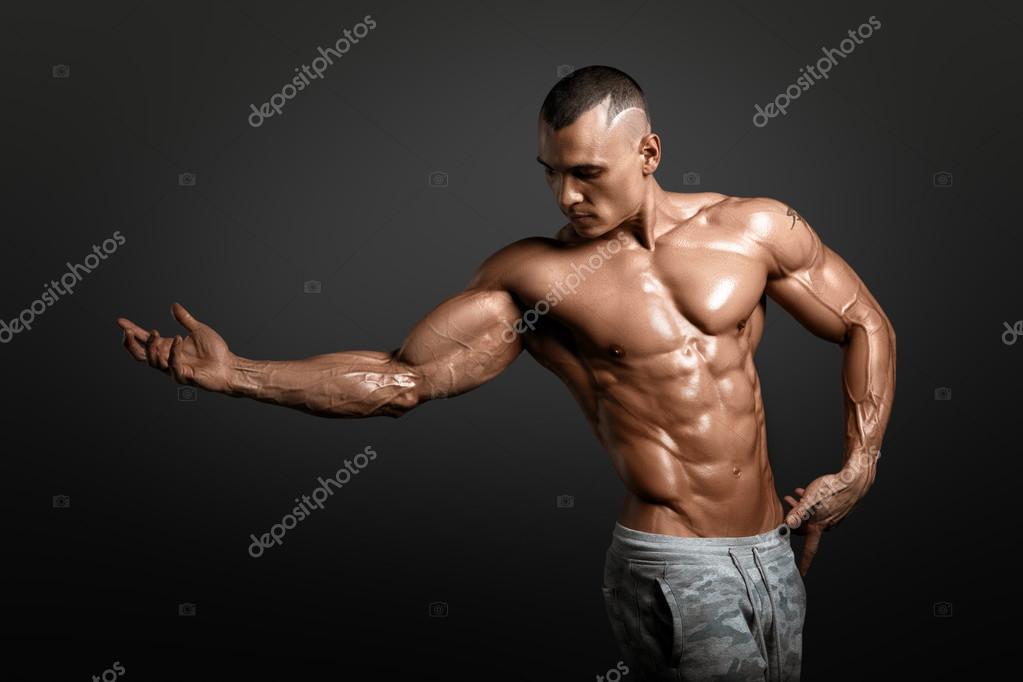 d750f3a032a4c3 大きな筋肉を示す強い運動男性フィットネス モデル胴体 — ストック写真 ...