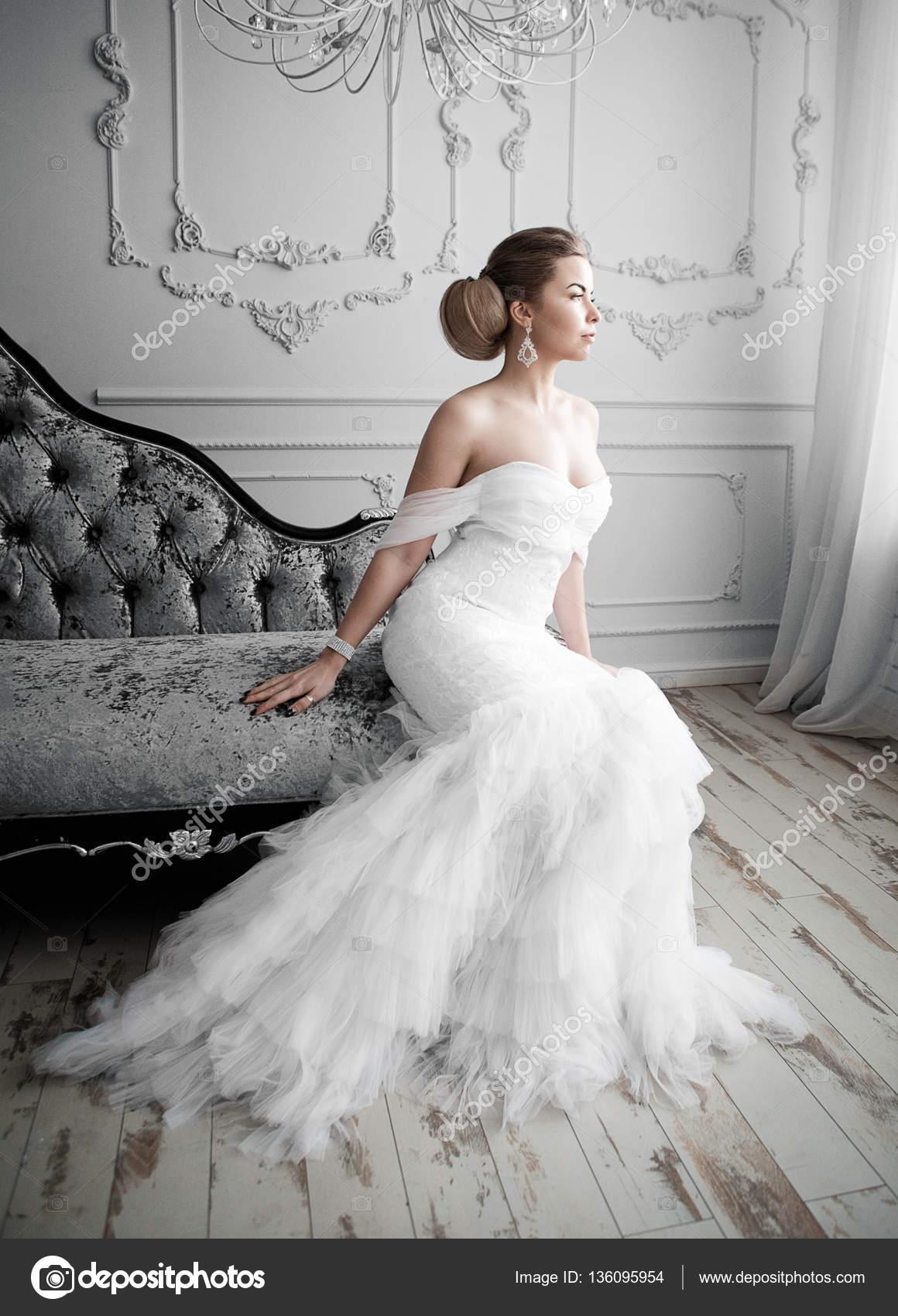 Hübsche Braut mit dem schönen Make-up — Stockfoto © restyler #136095954