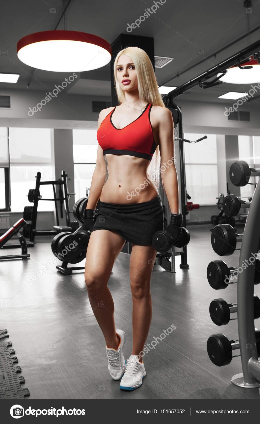 Gimnasio femenino con cuerpo musculoso listo mano guantes para  entrenamiento - ropa deportiva sexi para mujeres — Foto de restyler — Foto  ... 724109449db0