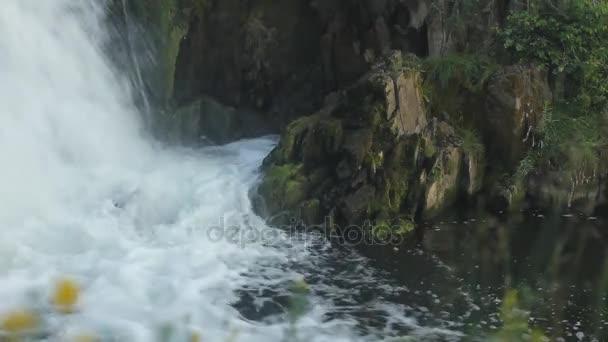 Malý vodopád. Uzavření tekoucí vody