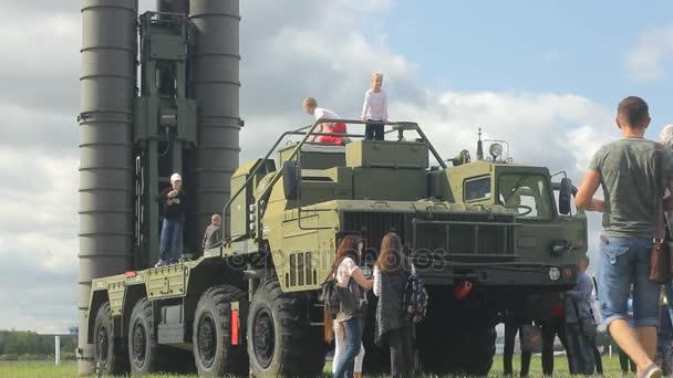 Novosibirsk - končící 26: Mezinárodní vojensko technické fórum Armáda-2017 na letiště Tolmachevo Novosibirsk. Davy turistů na S-300 protiletadlový raketový systém. 26. srpna 2017, Novosibirsk, Rusko