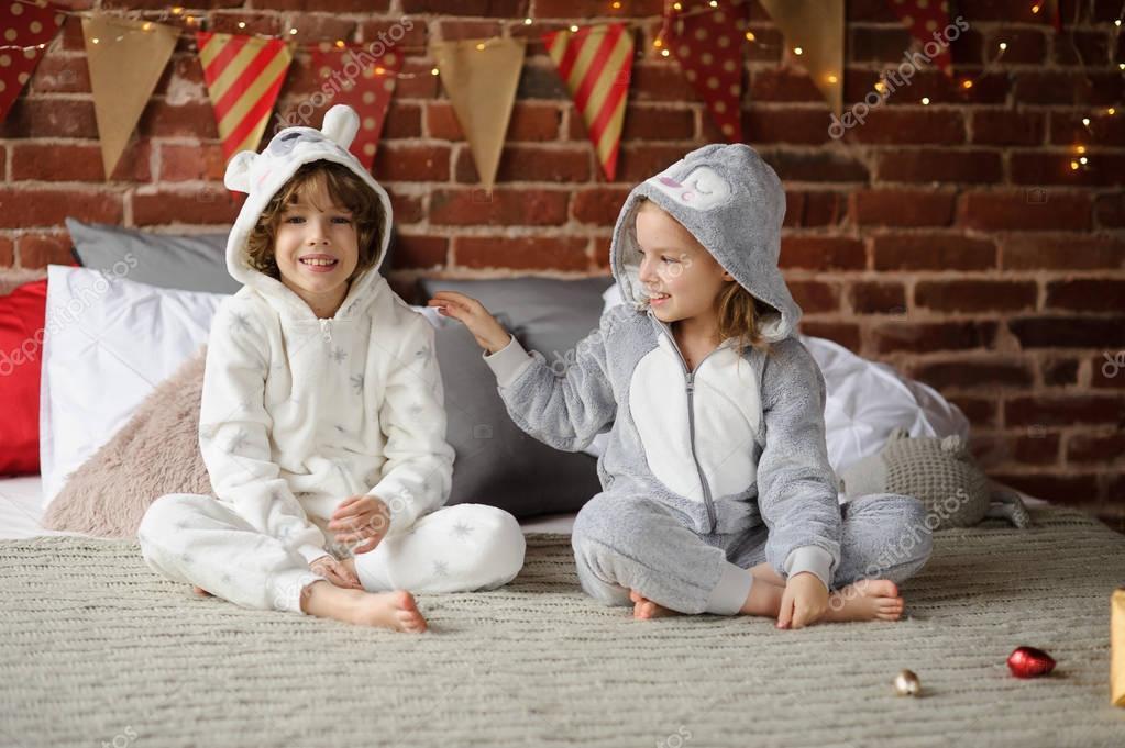 Regali Di Natale Fratello.Fratello Con La Sorella Sedersi Su Un Letto E Si Aspettano Regali Di