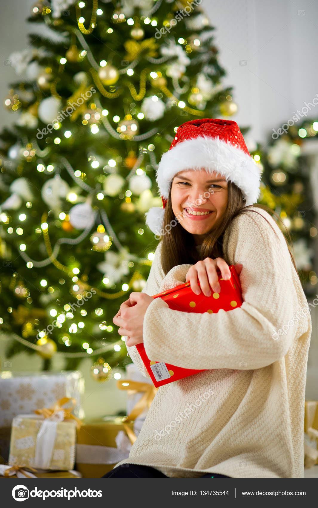 Schönes Mädchen in Santas Cap drückt sich ein Feld mit dem ...