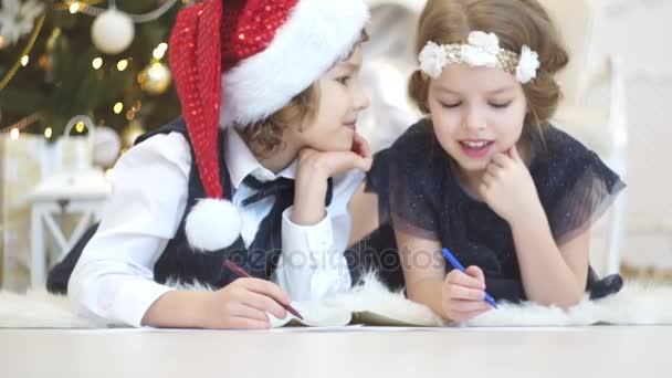 Kinder schreiben Briefe an den Weihnachtsmann. Für Kinder ist es fröhlich