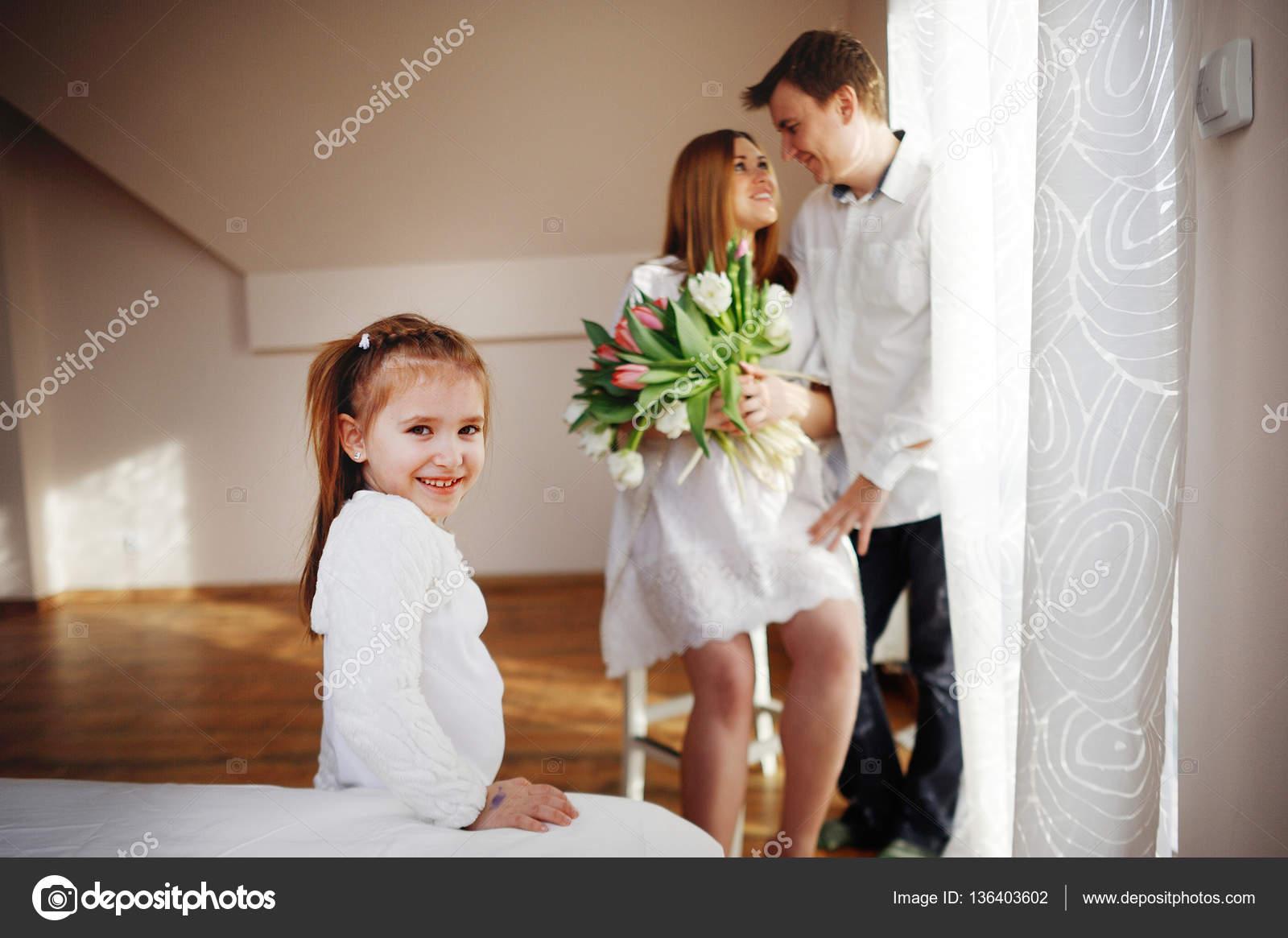 man gratulerar Ung man gratulerar sin gravida fru — Stockfotografi © unguryanu  man gratulerar