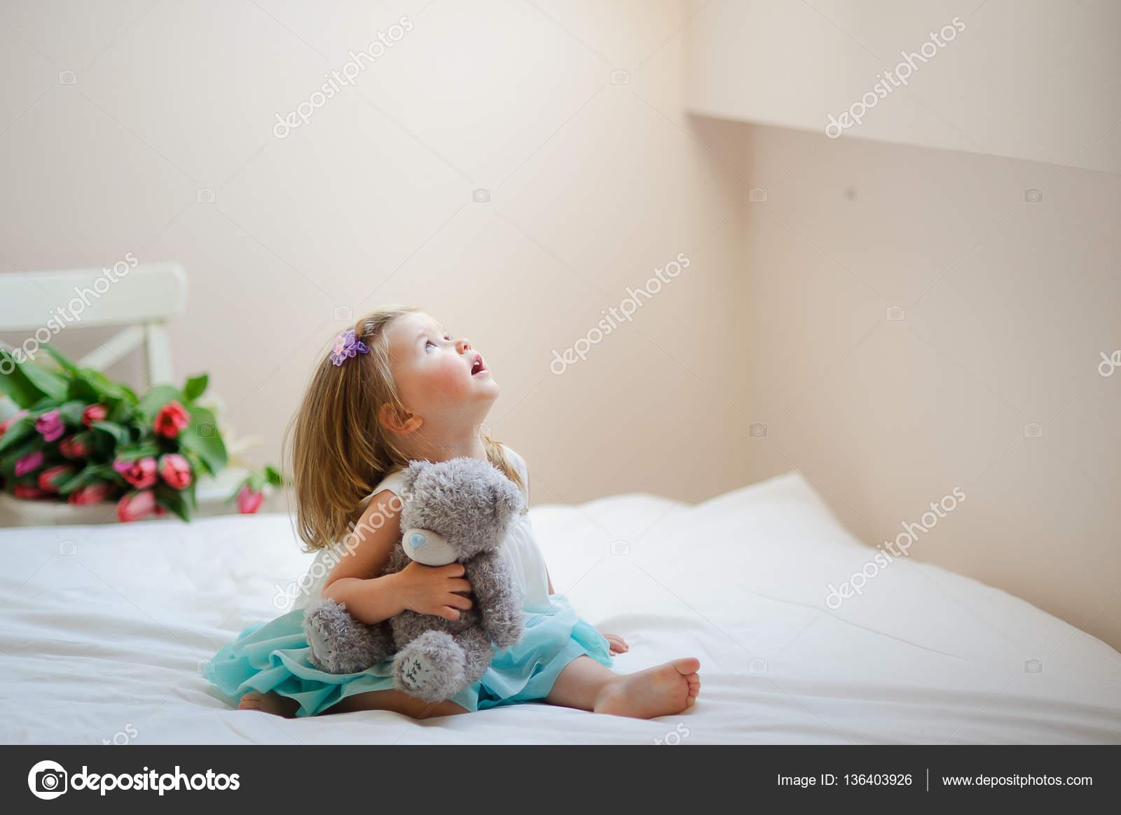 Девочки топлес на кровати