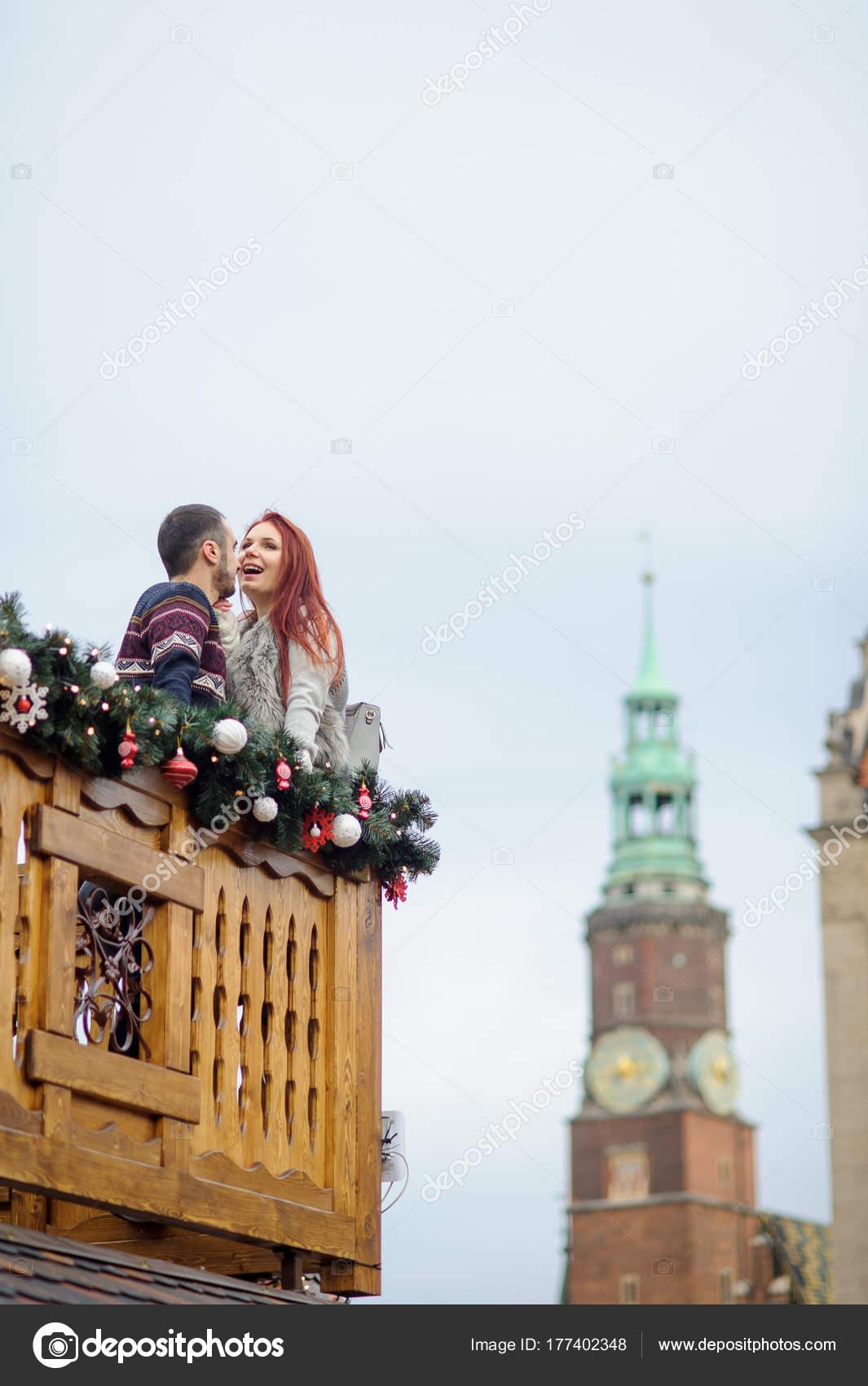 Vispera De Navidad Joven Pareja En El Balcon De Madera Decorado Por