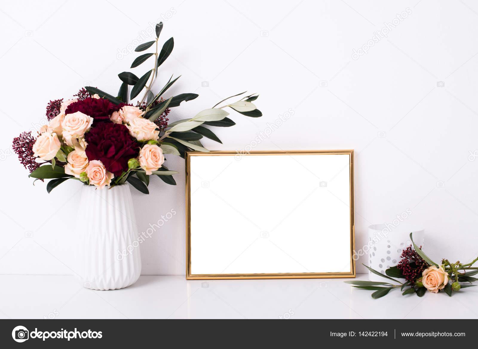 Maqueta de marco dorado en pared blanca — Foto de stock © manera ...