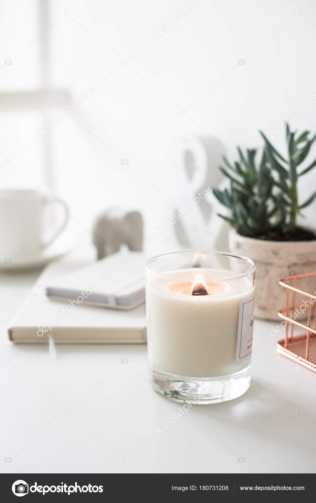 Brennende Kerze auf Tisch, home Interior Dekoration weiß — Stockfoto ...