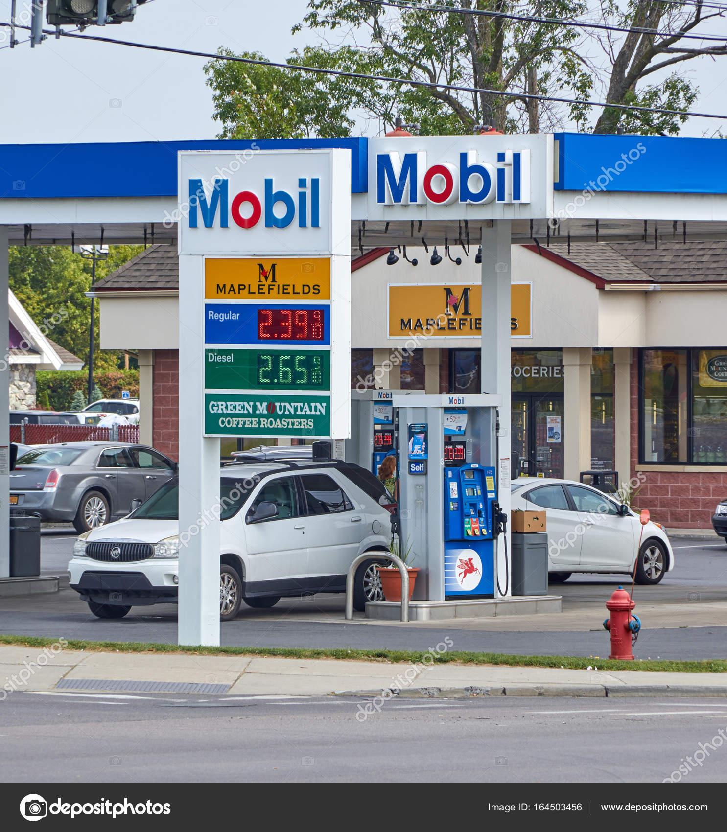 ガソリン価格とモービル ガソリン スタンド ストック編集用写真