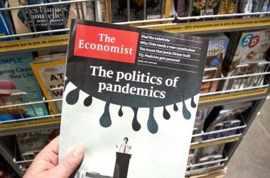 Montreal, Kanada - 23 Mart 2020: Salgın Politikası başlıklı The Economist dergisi. The Economist, Ekonomist Group 'un sahibi olduğu haftalık İngilizce dergi formatı..