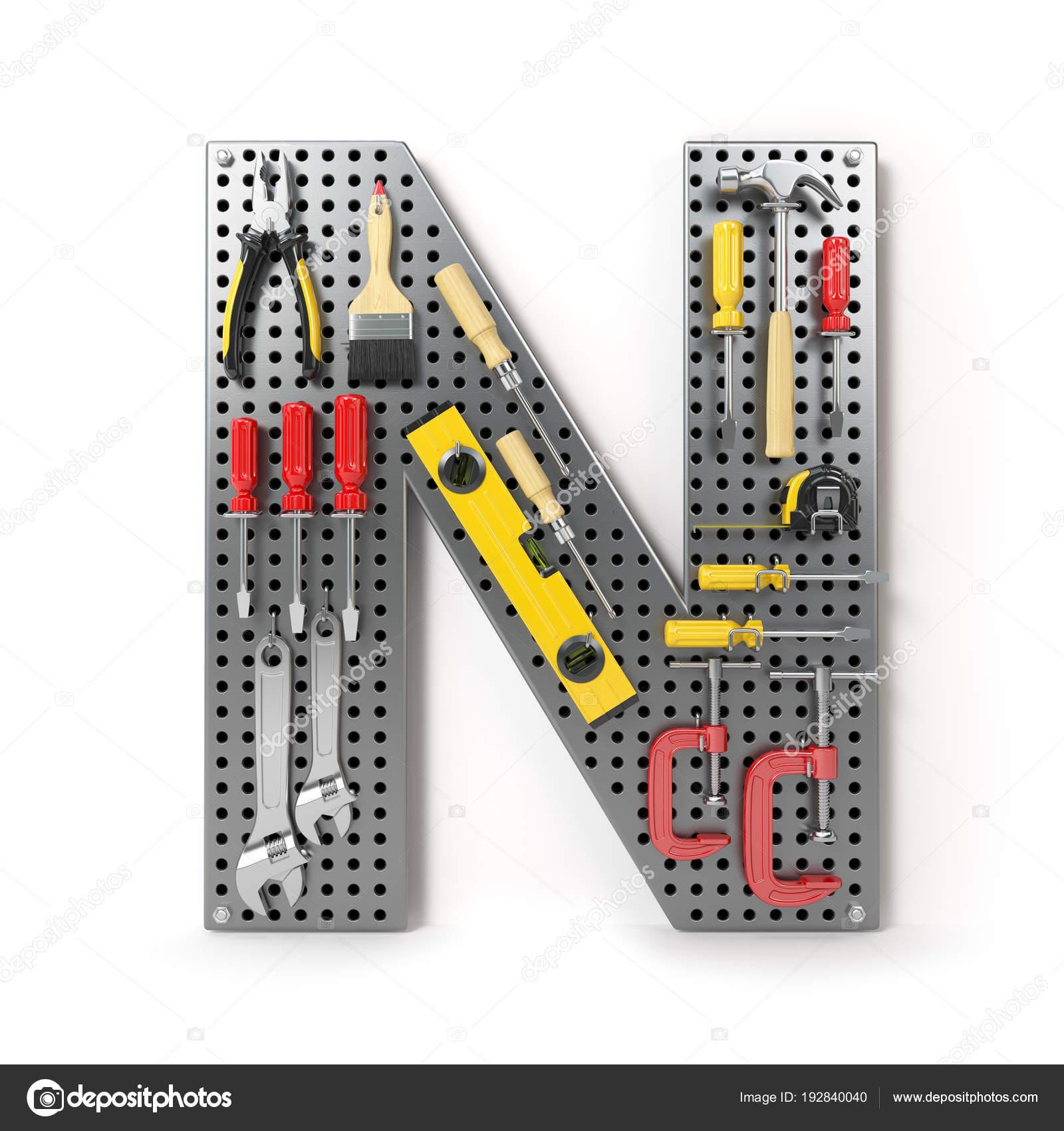 Carta N. alfabeto de las herramientas en el pegboard metal aislado ...