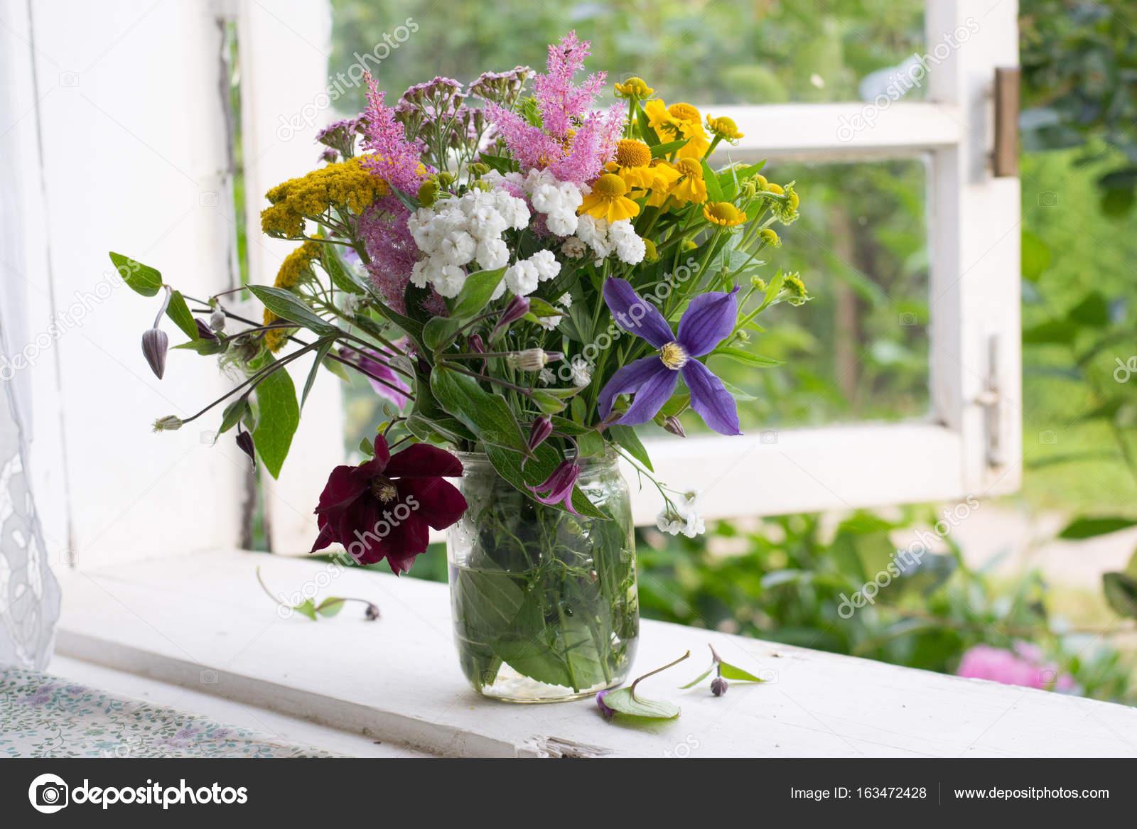 Blumen Auf Der Fensterbank Stockfoto C Alinaya 163472428