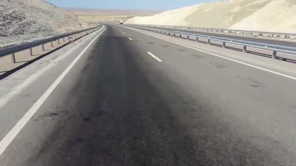 Straße in der Wüste. Hohlraum karagiye. Kasachstan.
