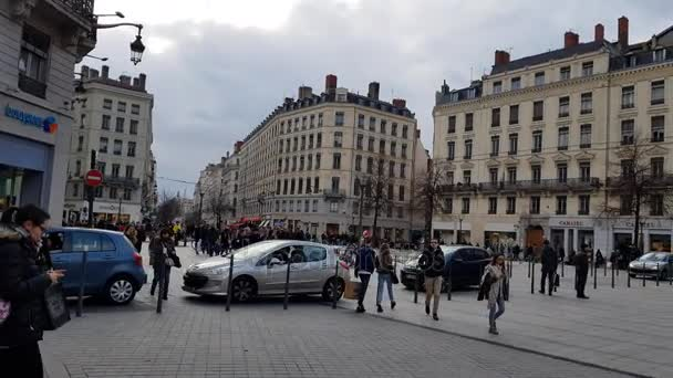 Lyon, Francie: 16 prosince 2017: lidí, kteří jdou v Place de la Republique. Na náměstí se nachází ve 2, světového dědictví UNESCO.