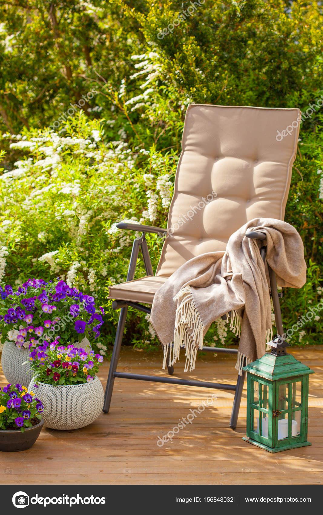 Sedia da giardino sulla terrazza al sole, fiori di bush — Foto Stock ...