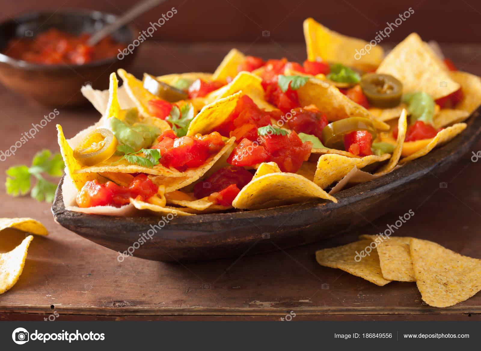 Iets Nieuws nachos met kaas, salsa en jalapeno geladen — Stockfoto © duskbabe #DI61