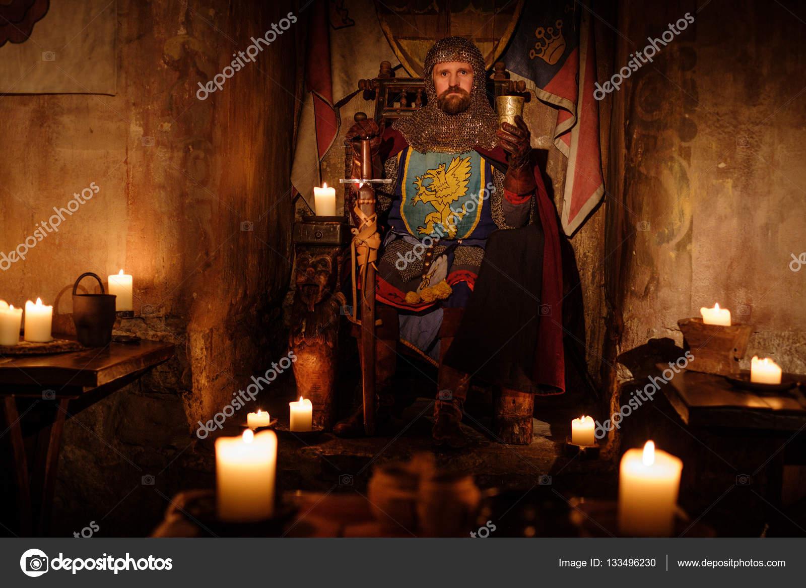 Middeleeuwse koning op de troon in oude kasteel interieur for De koning interieur