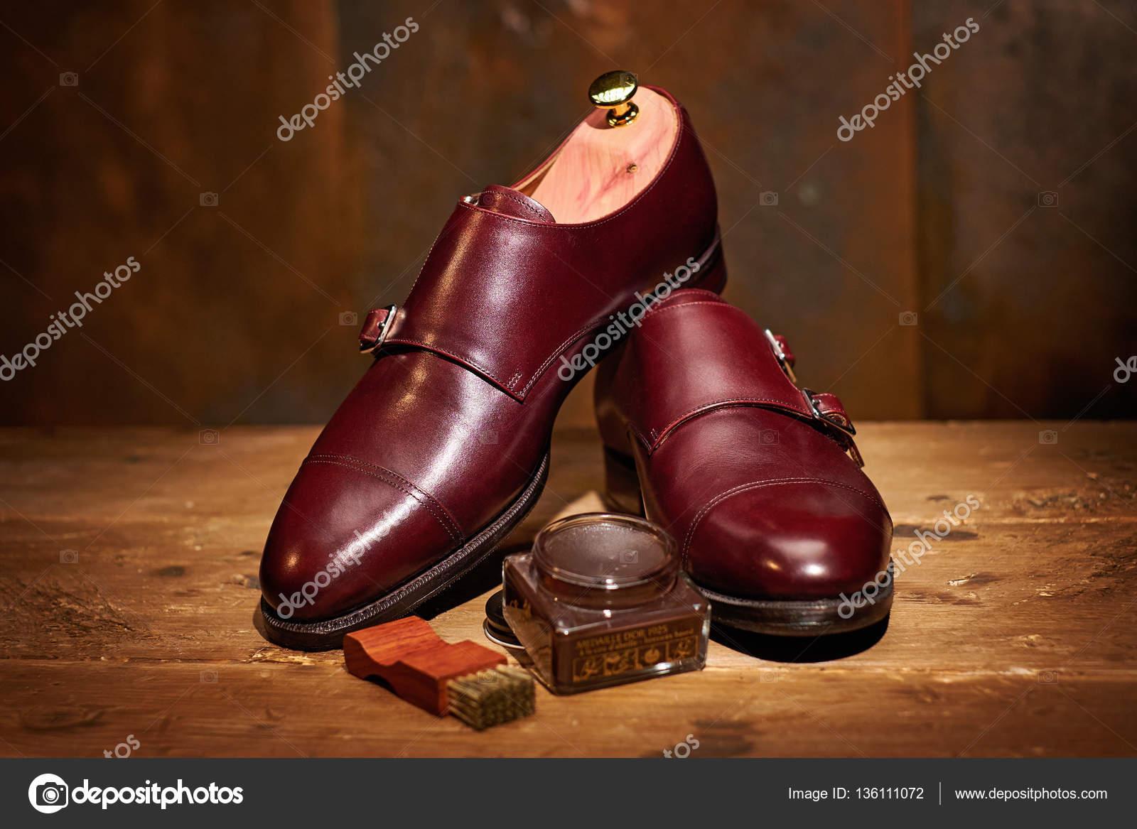 b0ce5bc2302 Ανδρικά δερμάτινα παπούτσια και αξεσουάρ περιποίησης υποδημάτων– εικόνα  αρχείου