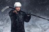 Hokejista ve sněhové bouři