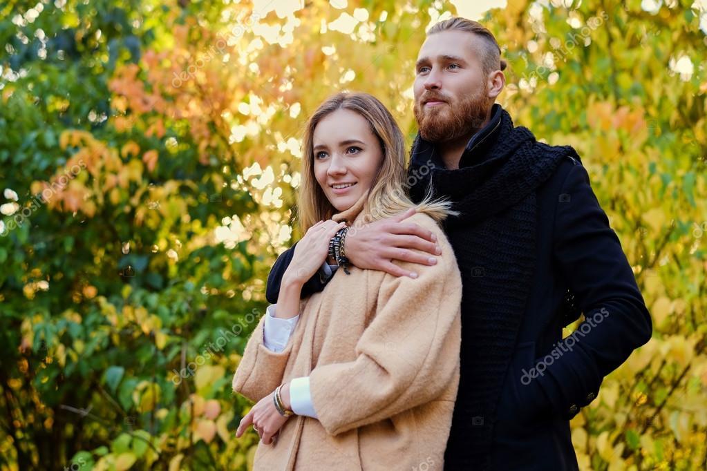Resultado de imagen para hombre abraza a mujer atractiva