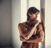 Fotografia Uomo muscoloso premuroso