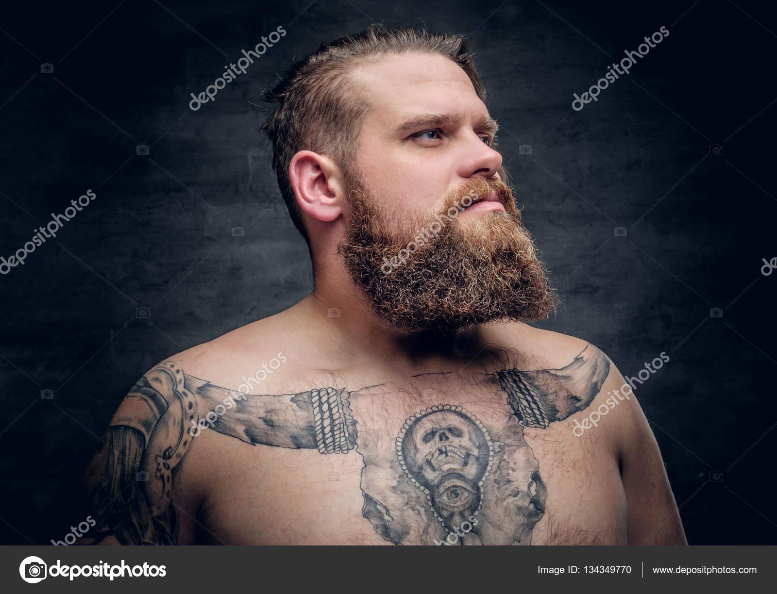 Homme Avec Le Tatouage De Taureau Sur Un Coffre Photographie