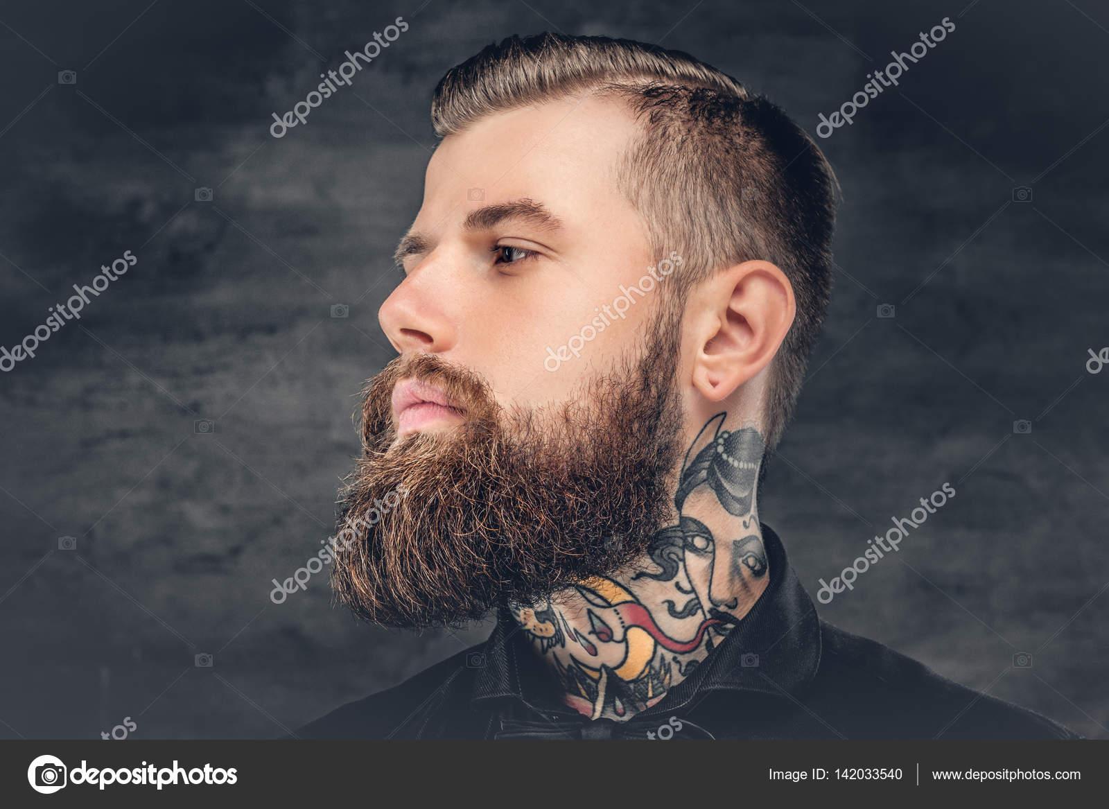homme avec le tatouage sur son cou — photographie fxquadro © #142033540