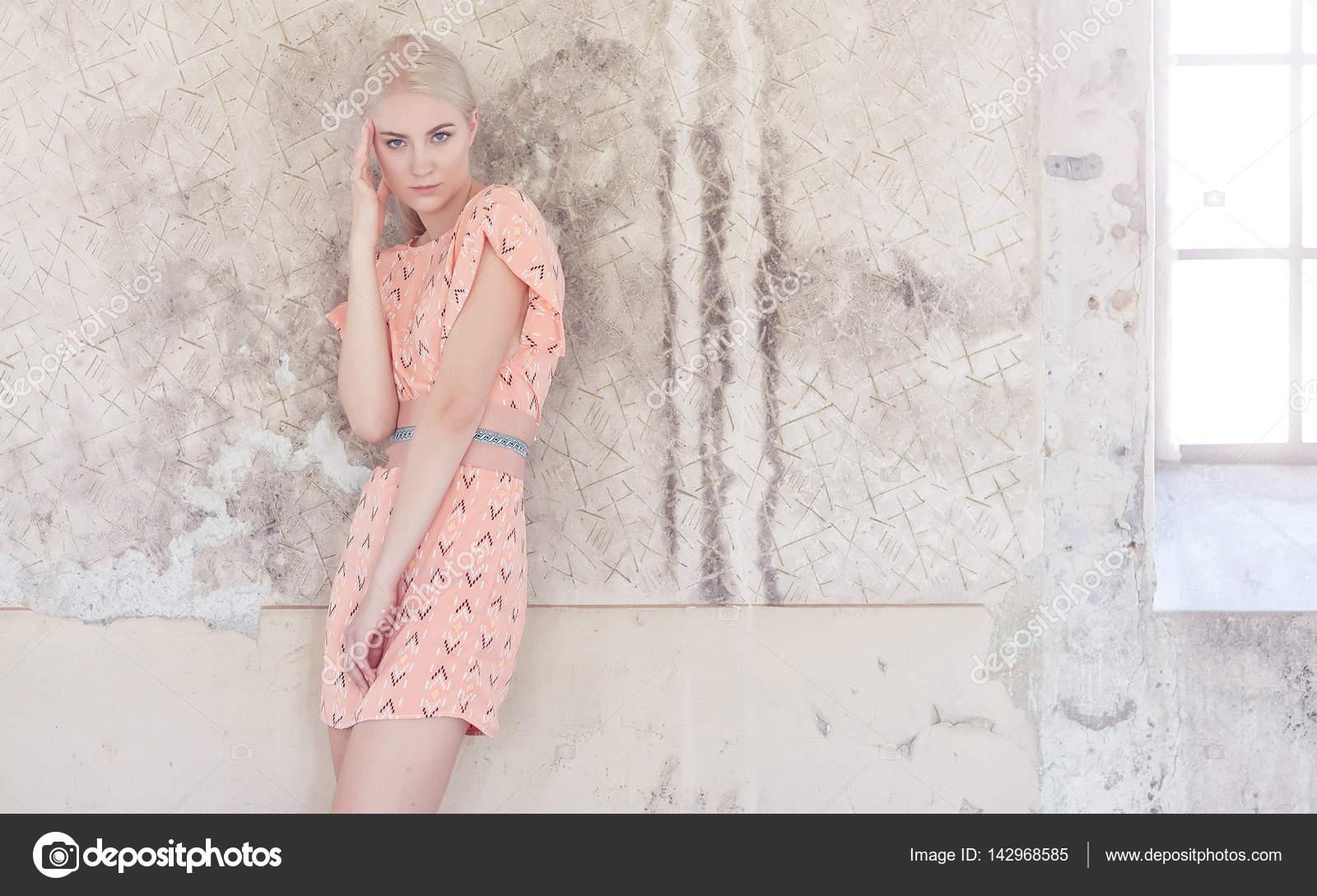 Licht Roze Jurk : Blonde vrouw in een licht roze jurk u stockfoto fxquadro