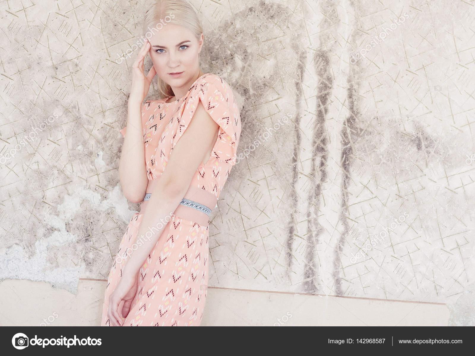 Licht Roze Jurkje : Blonde vrouw in een licht roze jurk u stockfoto fxquadro