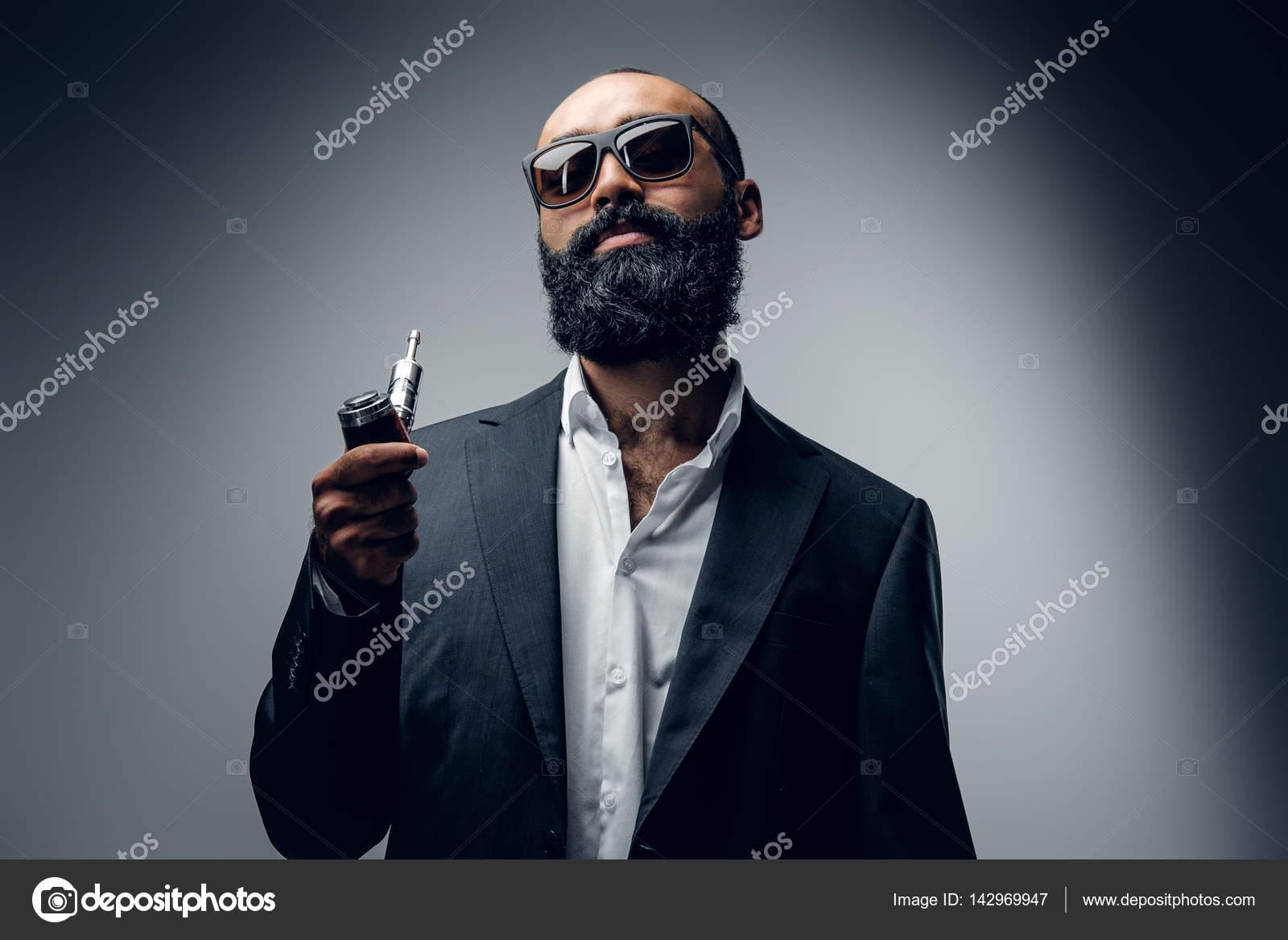 Голі бородатого мужчини в сонцезахисні окуляри — Стокове фото ... d42622acecab4