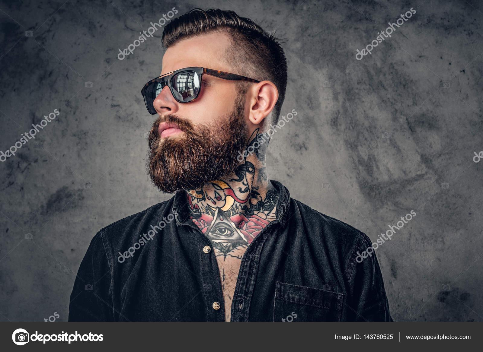 Hombre de barba hipster con tatuajes — Fotos de Stock © fxquadro ... fd1826ba77f