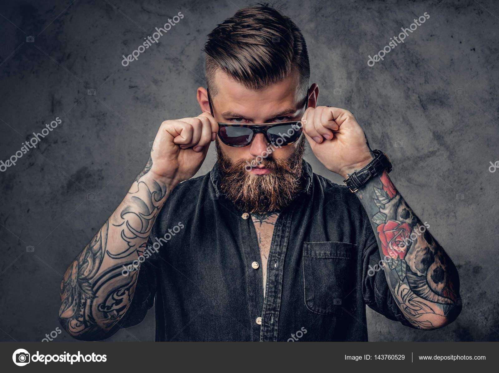Hombre de barba hipster con tatuajes — Foto de stock © fxquadro ... fd1cfabee57