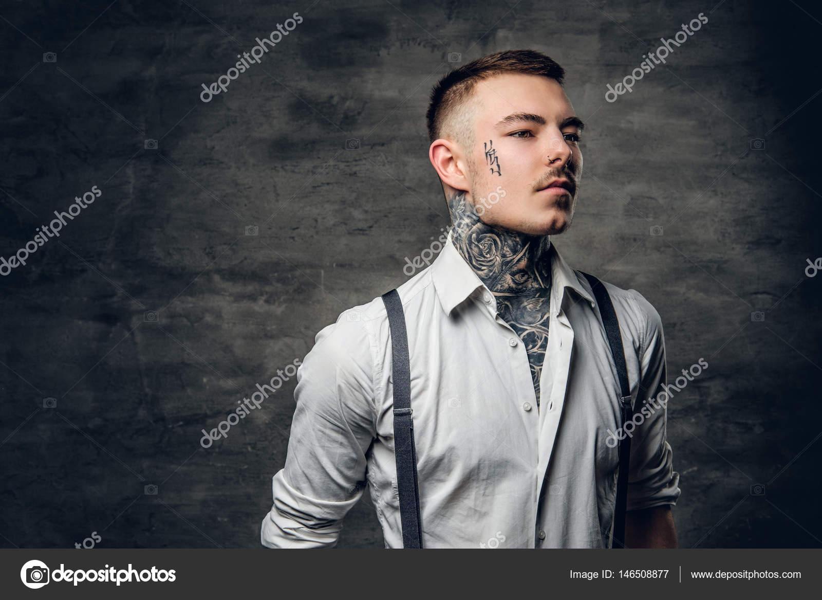 Hombre Con Tatuajes En Su Cara Y Brazos Fotos De Stock Fxquadro