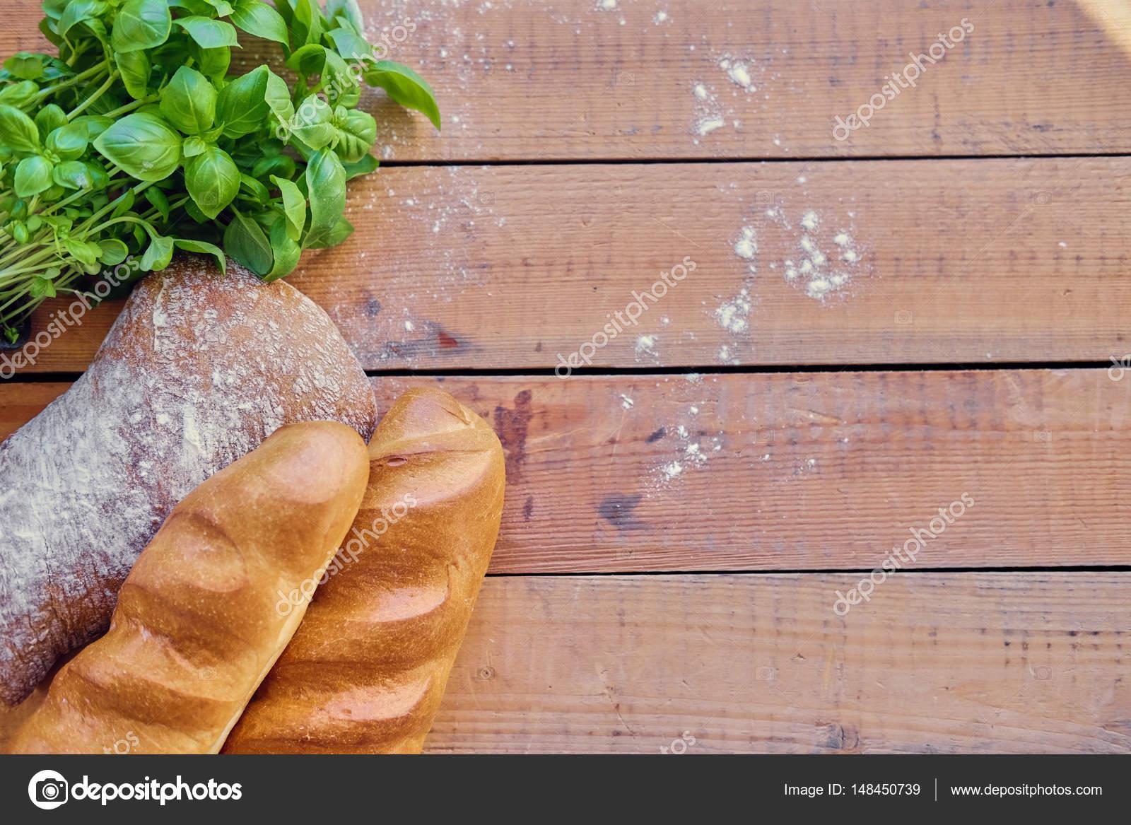 Franzosisches Brot Und Ein Grunes Basilikum Stockfoto C Fxquadro