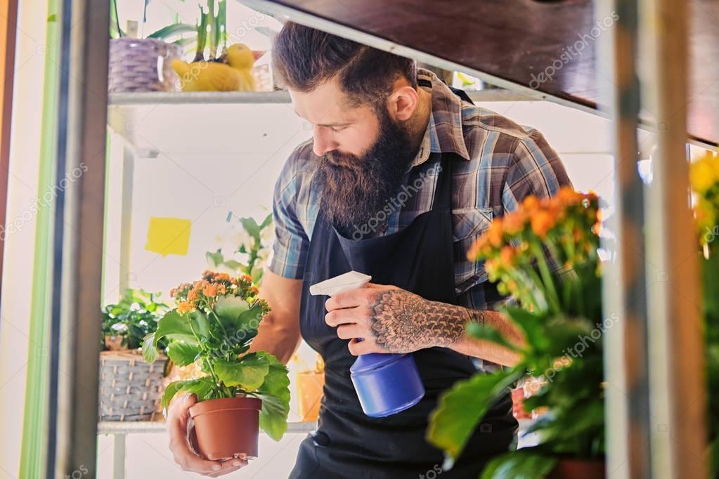 Фото мужчина поливает цветы