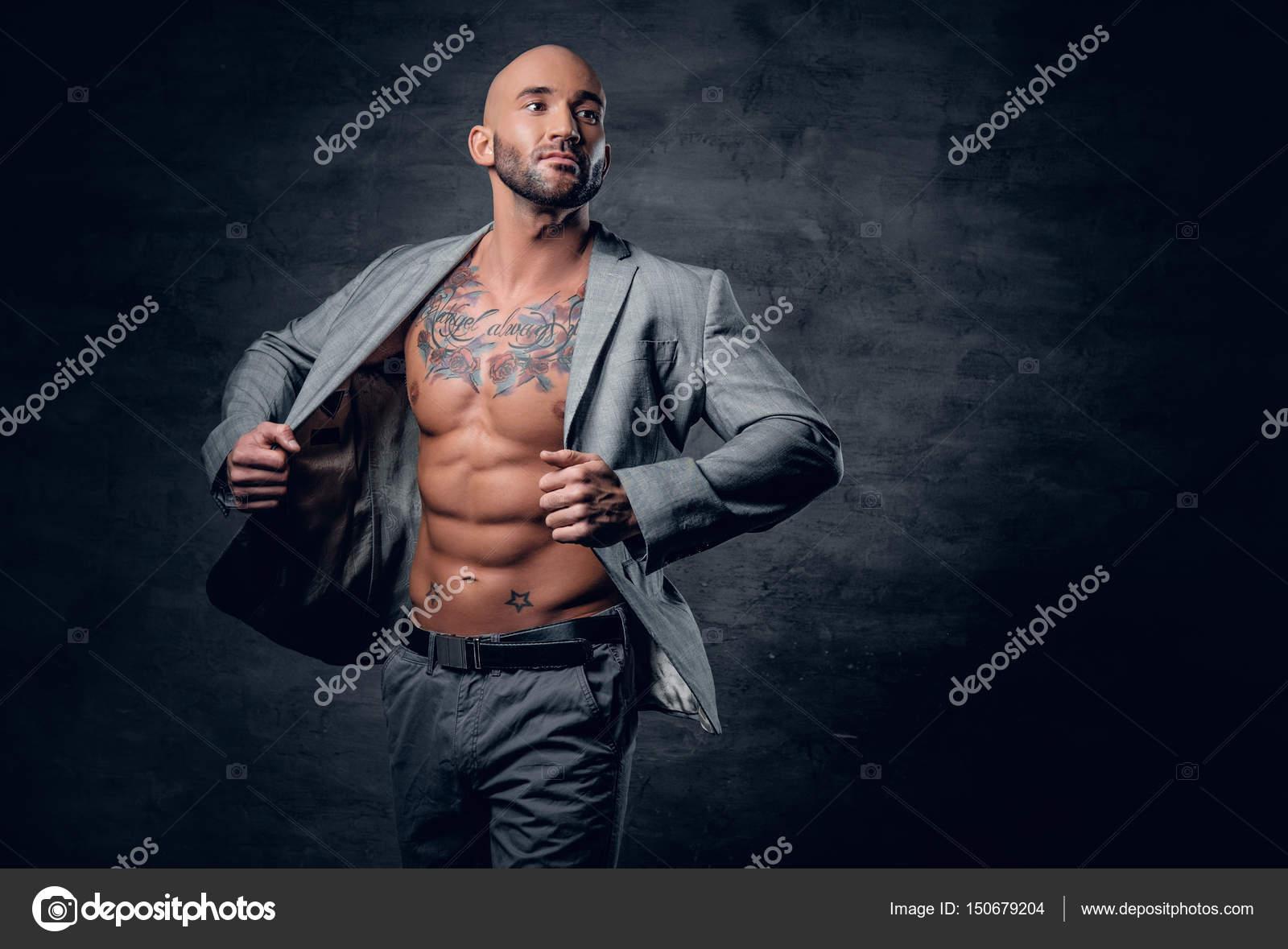 Un Homme Dans Une Veste Sur Son Corps Nu, Tenant Un