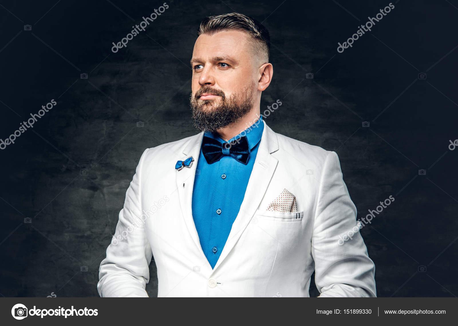 11b09367c Retrato de estudio de hombre barbudo vestido con una camisa azul