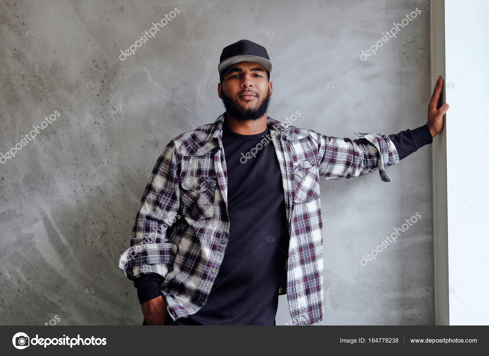 Hombre vestido de negro barba