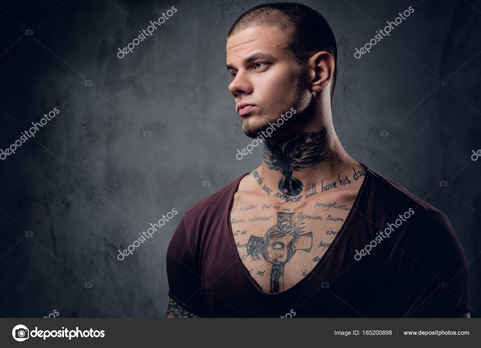 homme avec le tatouage sur son cou — photographie fxquadro © #165200898