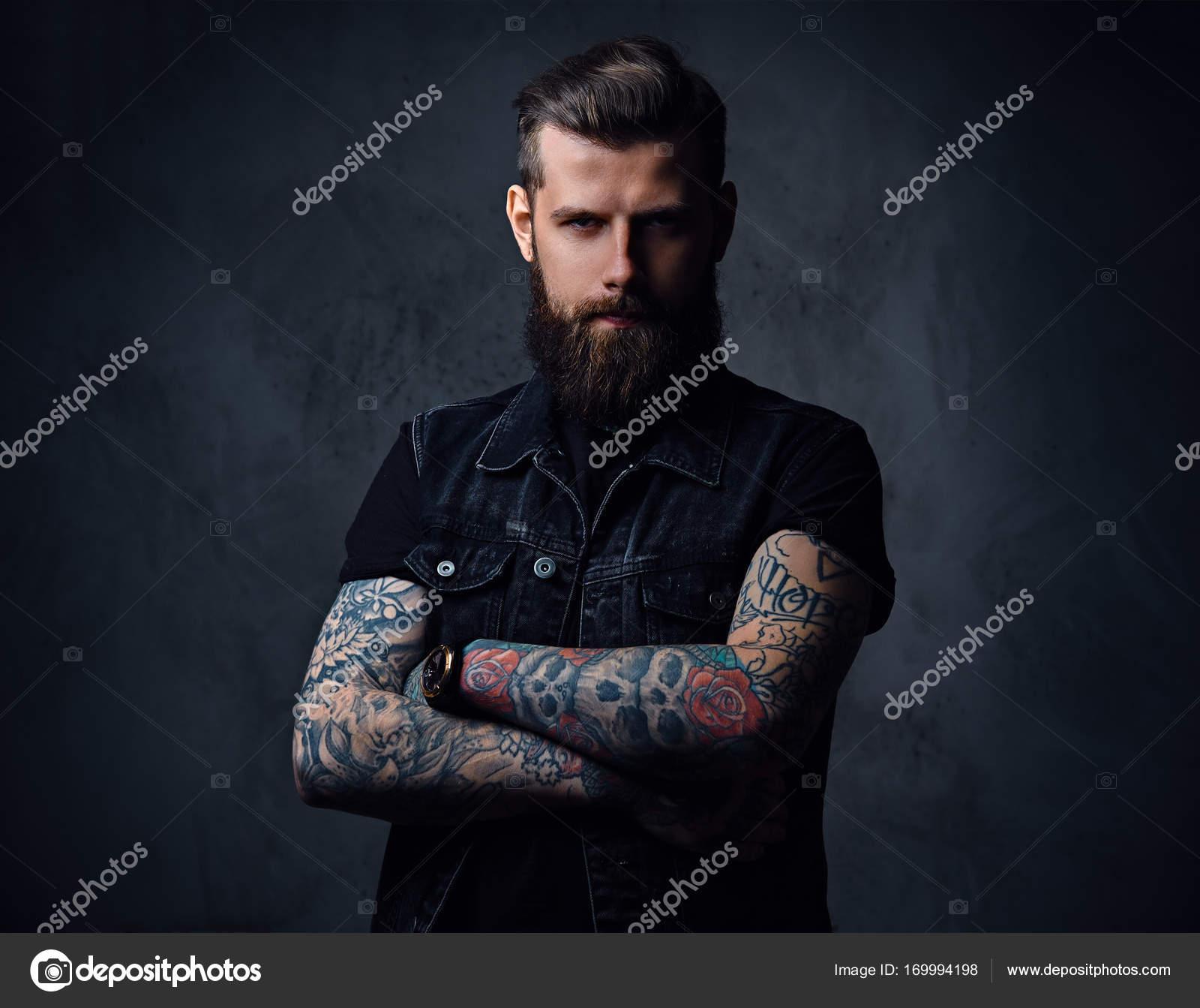 Hombre de barba hipster con tatuajes en sus brazos — Fotos de Stock ... 78cc1582957
