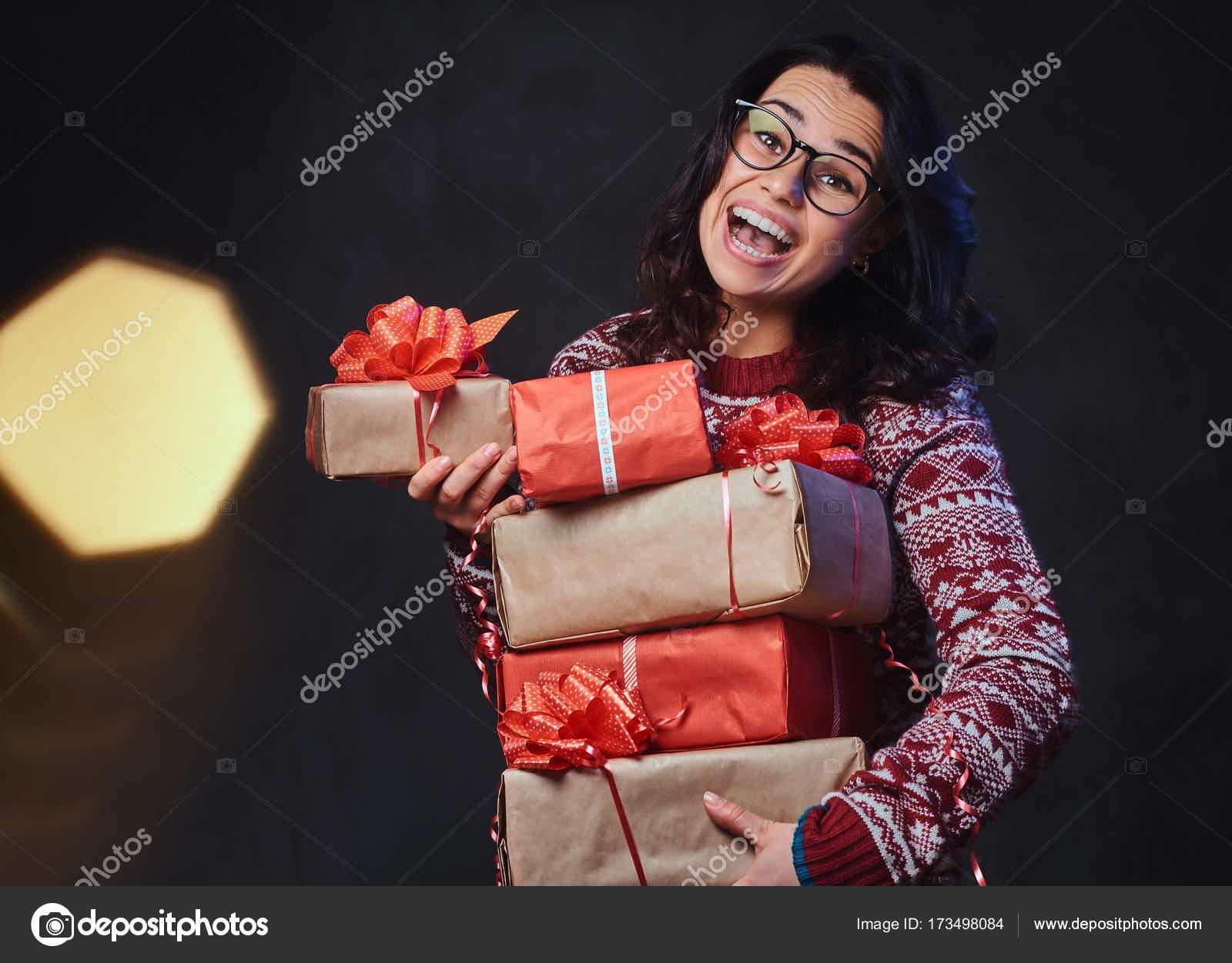 Lächelnde Brünette Frauen Brillen Und Einen Warmen Pullover Hält ...