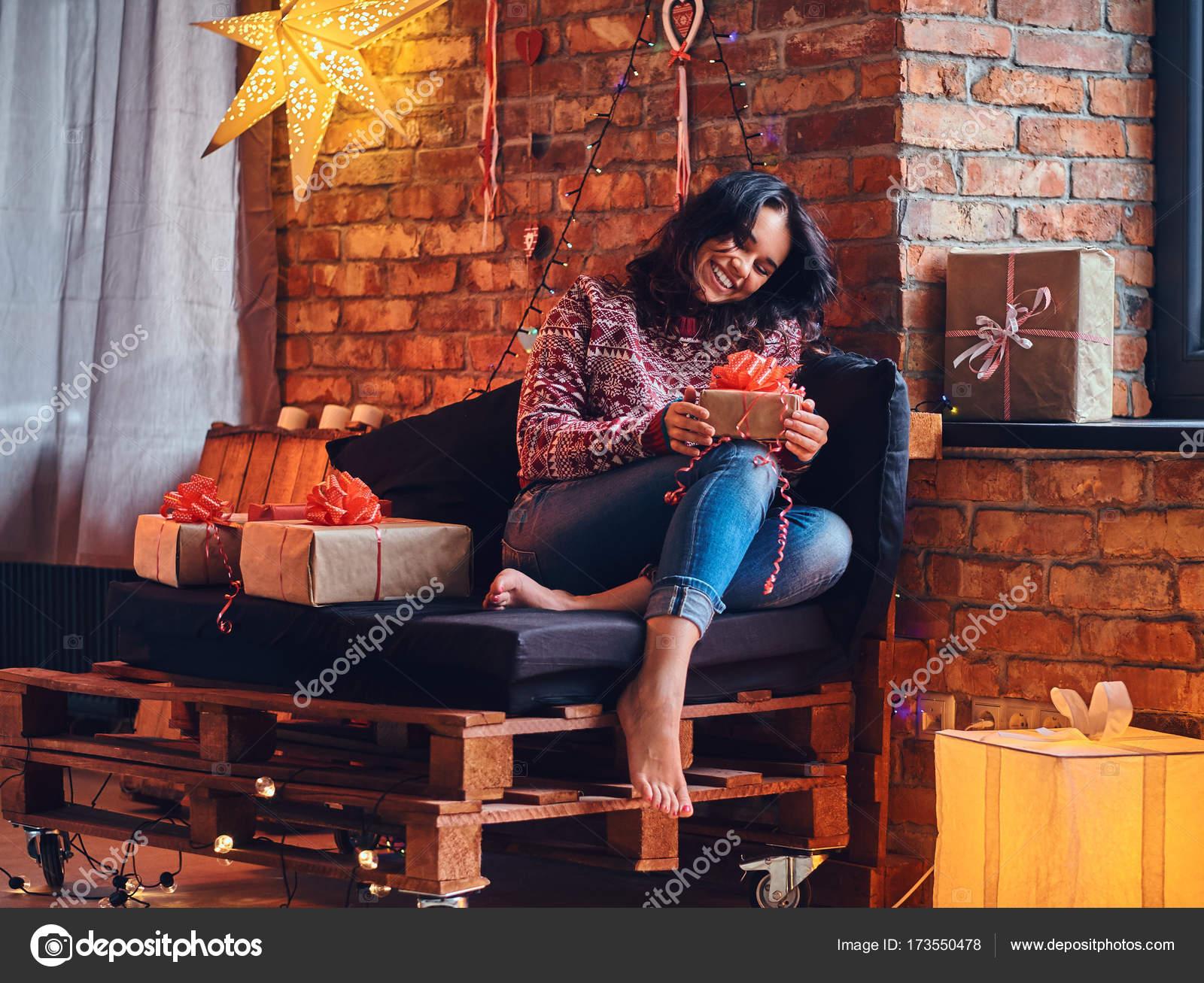 Сексуальная брюнетка на красном диване
