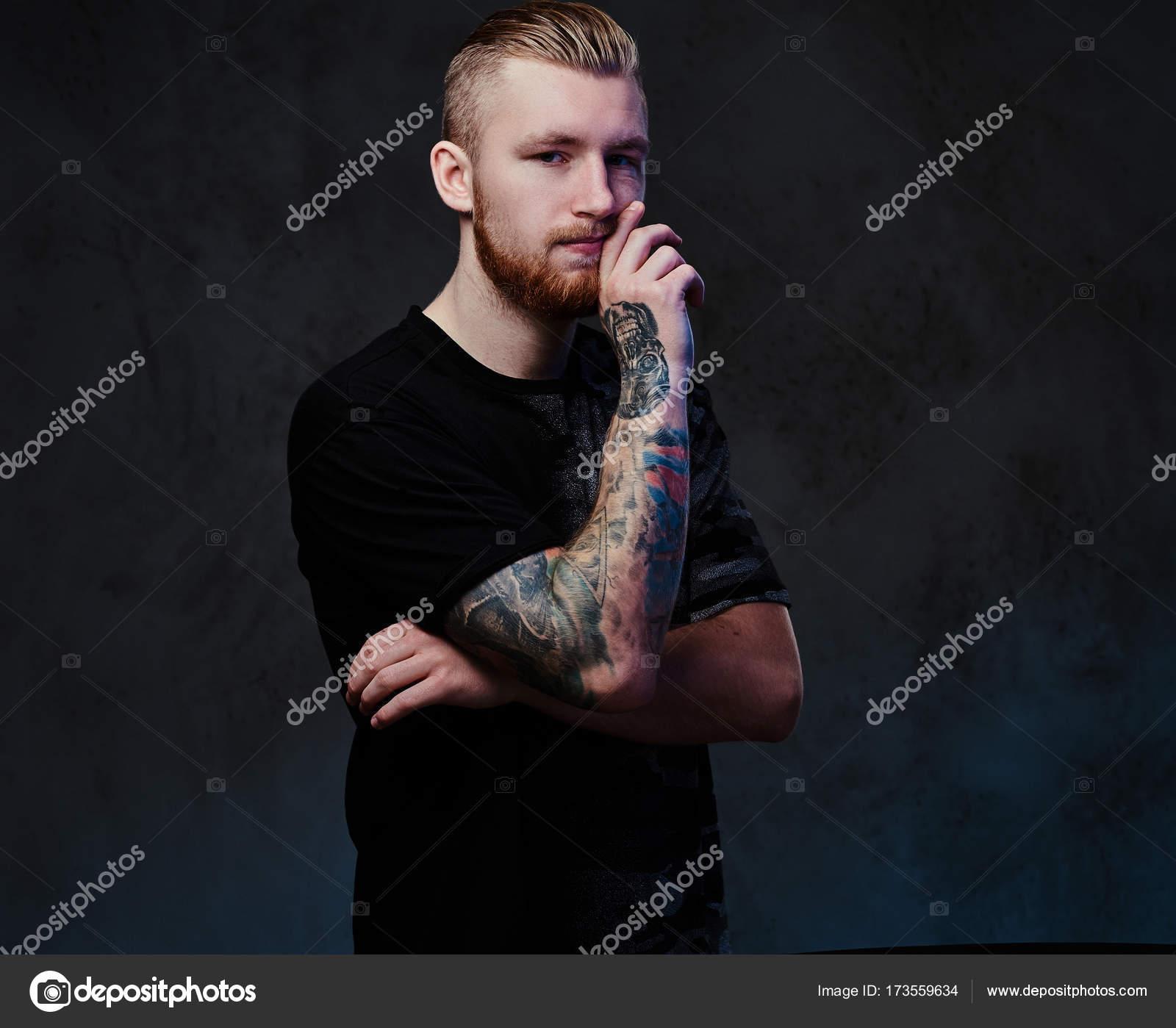 Giovane maschio con i tatuaggi sul braccio — Foto Stock © fxquadro ... 066e54287363