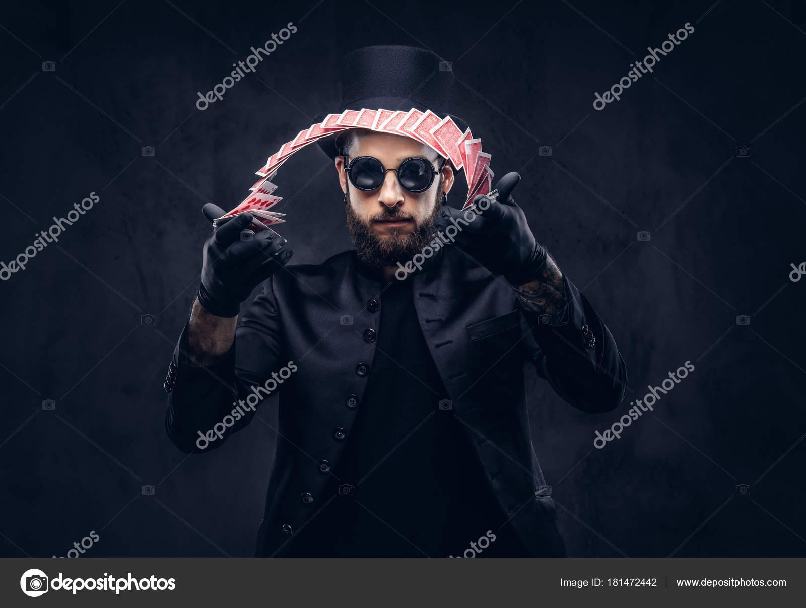 Schwarzer Anzug, Hut und Sonnenbrille