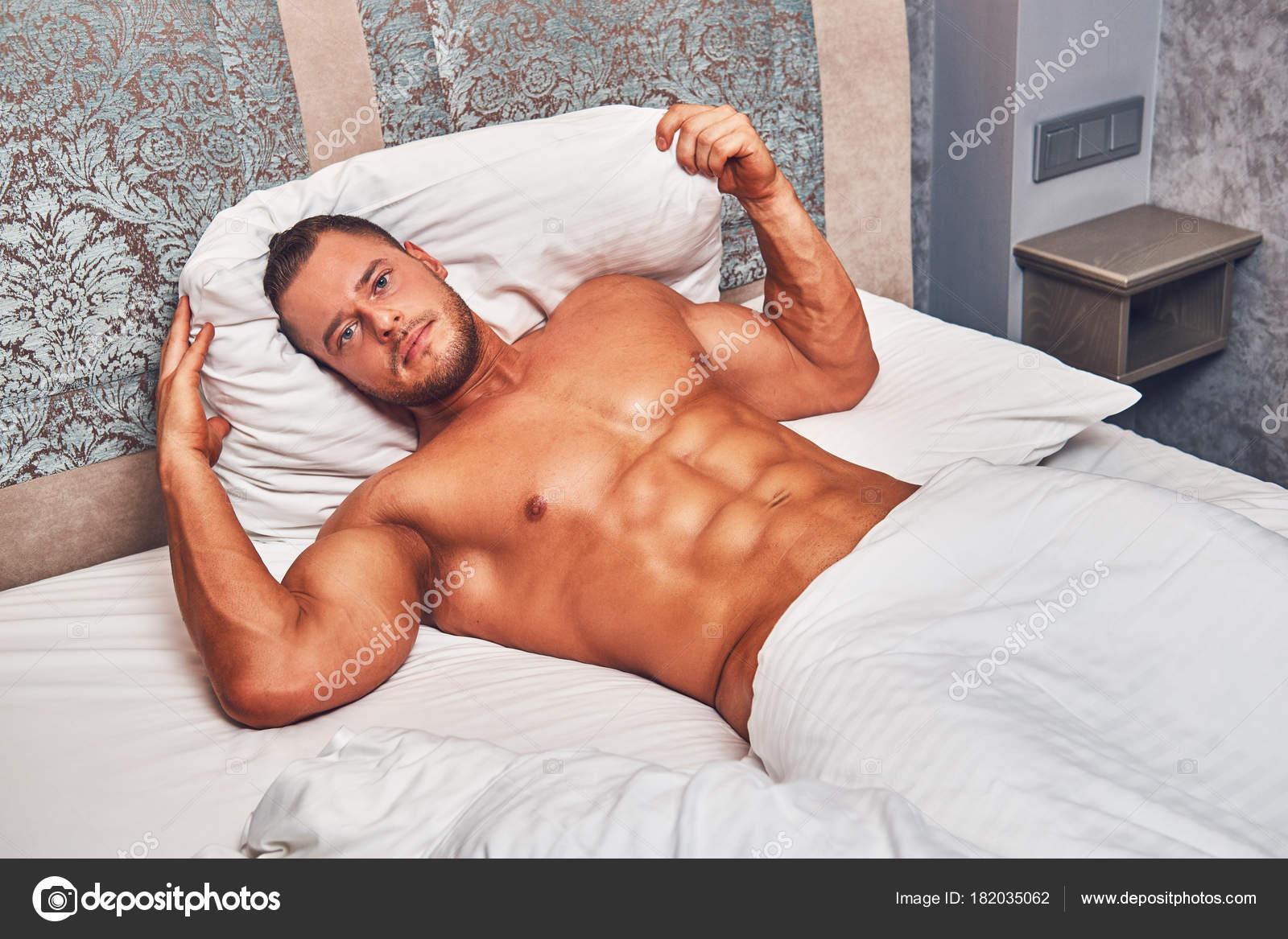 Нежные обнаженный мужчина лежа фото