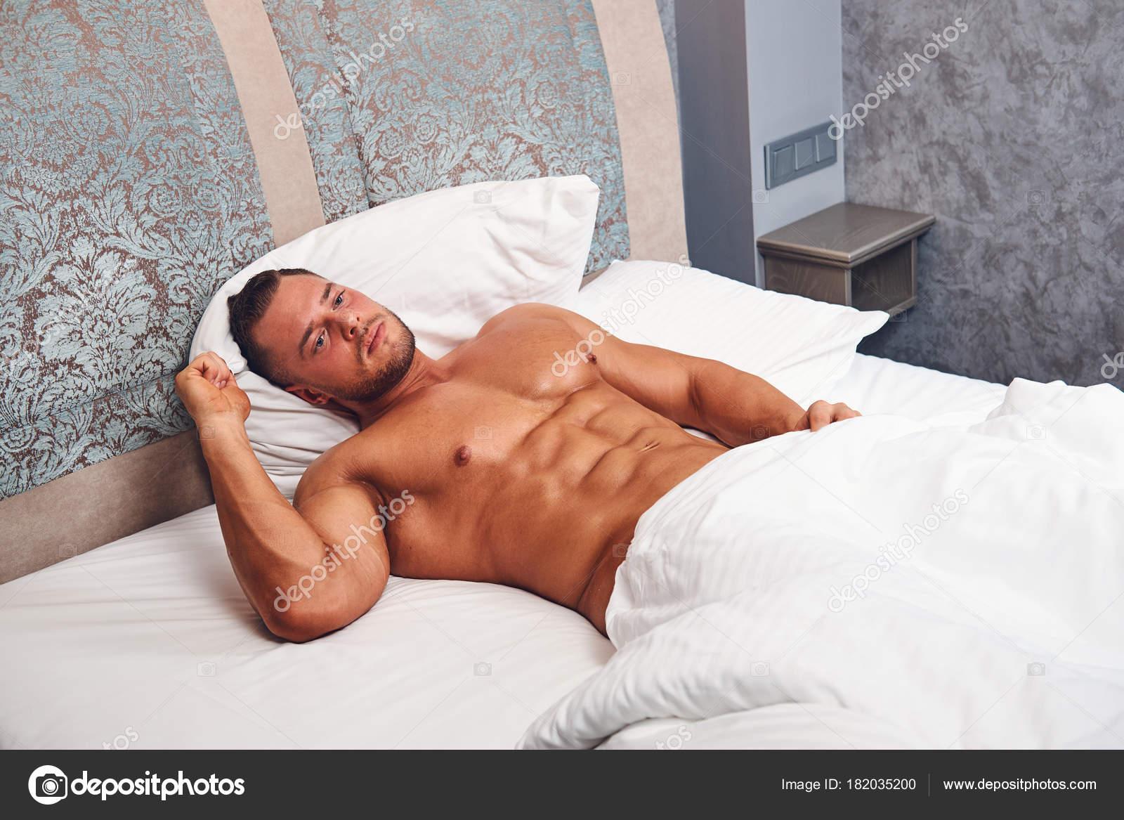 Обнаженный мужчина лежа фото