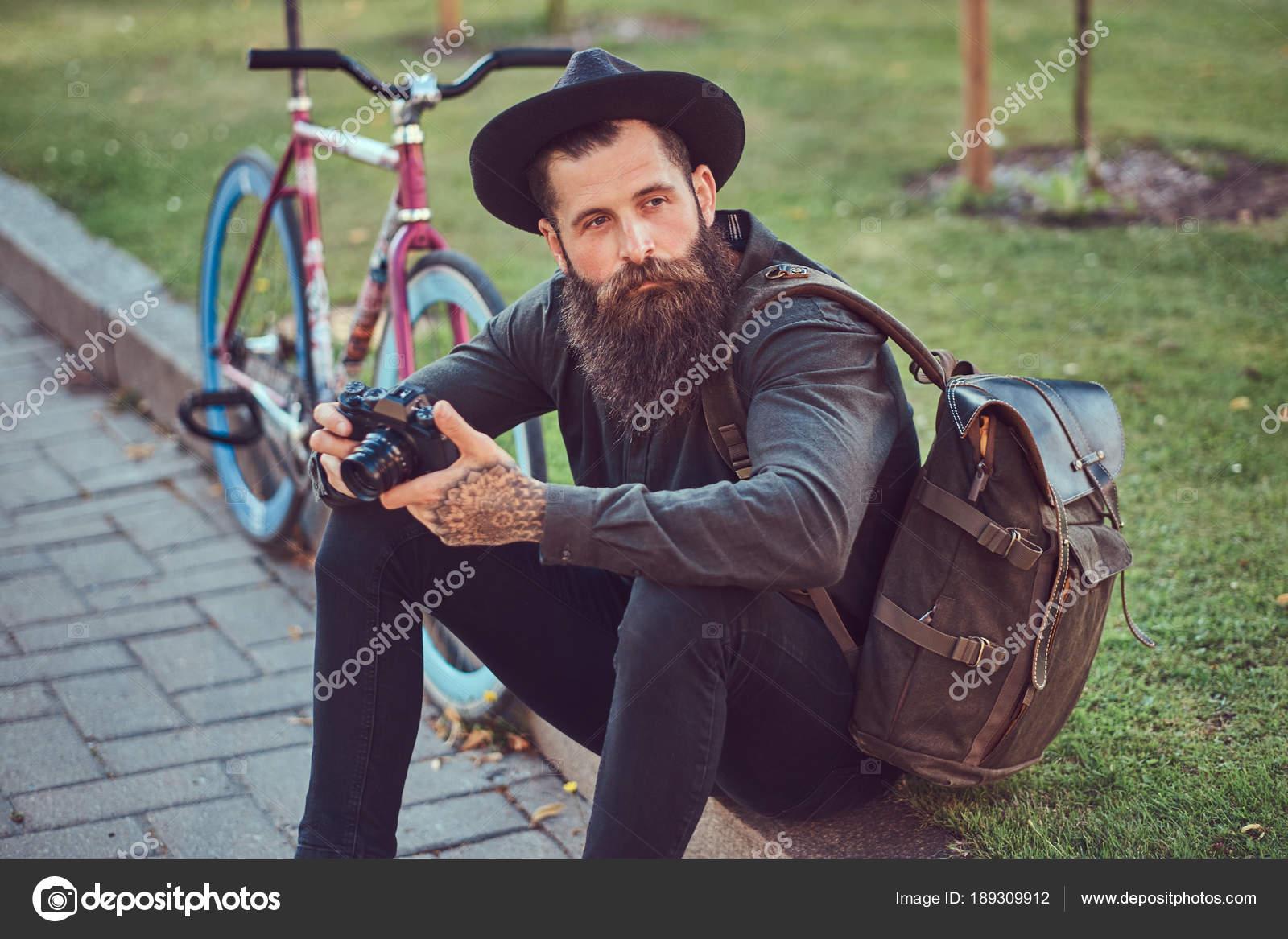 Homme Hipster Vêtu D'une Veste En Cuir Brun Et Chapeau