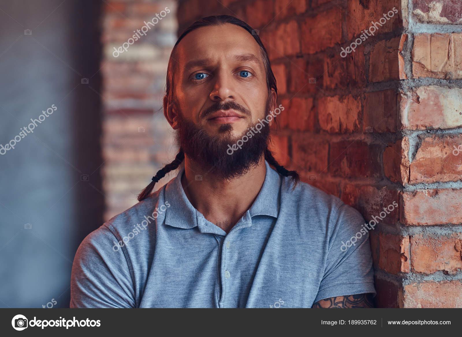 Gut Aussehend Tätowierte Mann Mit Eine Stilvolle Frisur Und Bart ...