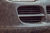Fotografia Immagine ravvicinata di una macchina sporca dopo un viaggio in fuoristrada. Vista frontale